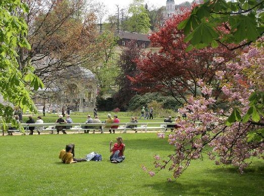 В апреле в Карловых Варах расцветают сады,  а парки покрываются зеленью