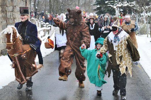 Во время карнавала в Праге все веселятся и пьют пиво