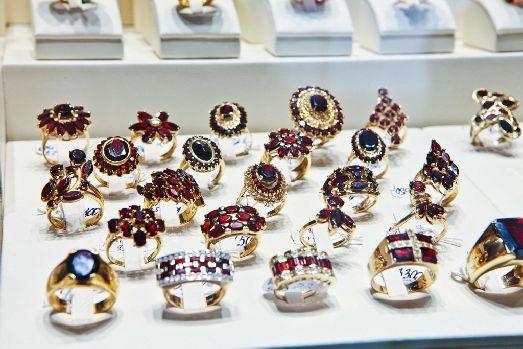 Чешский гранат отличается редчайшим для полудрагоценных камней цветовым постоянством –  а именно густо вишнёво-красного, у которого не бывает примесей
