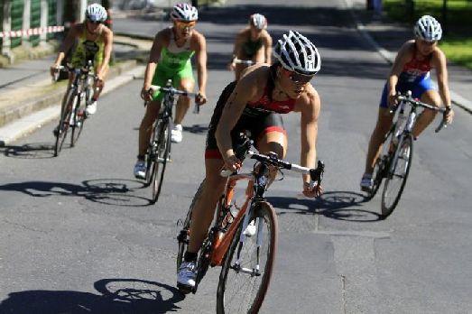 Триатлон-соревнования в велосипедной гонке в Карловых Варах