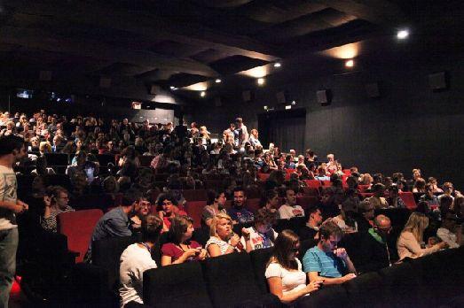 Зал во время Фреш Фильма полностью забит зрителями, что говорит о востребованности данного фестиваля