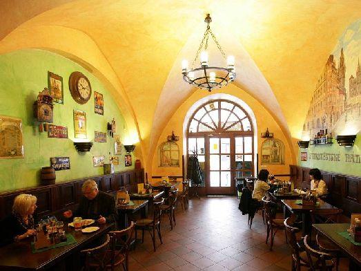 И этот ресторан в Праге тоже находится в историческом здании, что создает особую атмосферу!