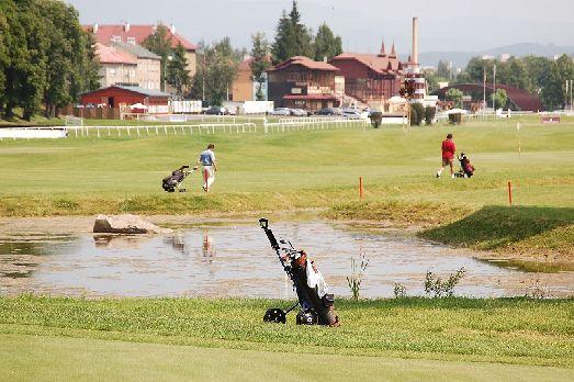 Поле для гольфа в Карловых Варах имеет довольно богатый вид