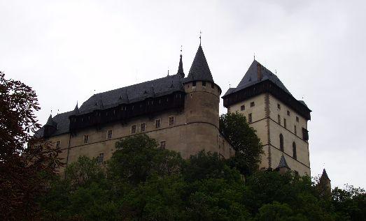 Всего в 30 км от столицы находится сказочный замок Карлштейн, представляющий из себя сокровищницу и летнюю резиденцию Карла IV