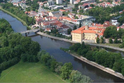 Лебебный курорт Подебрады расположен в 50 километрах к востоку от Праги на самом берегу Эльбы