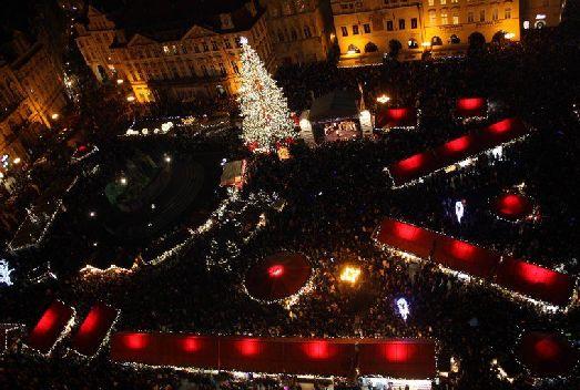 В ожидании наступления Новогодней Ночи находятся тысячи людей