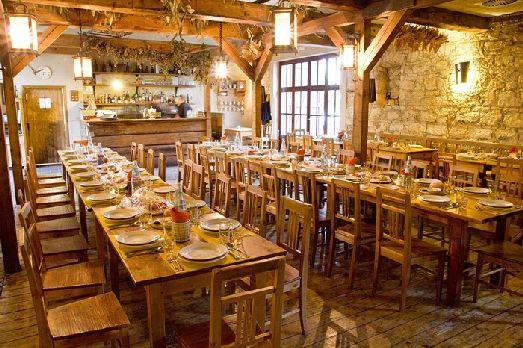 Ресторан находится немного в стороне от туристических мест  в монастыре по адресу Markétská 28/1, Prague-Praha 6