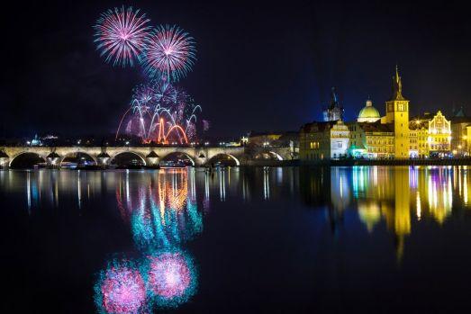 И без того нарядную праздничную Прагу на Новый Год украшает великолепный фейерверк!