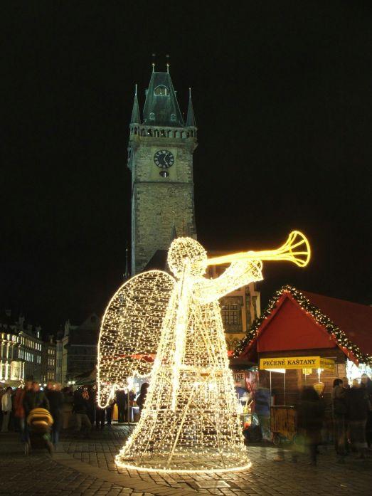 Ярккие светящиеся рождественские скульптуры на улицах Праги