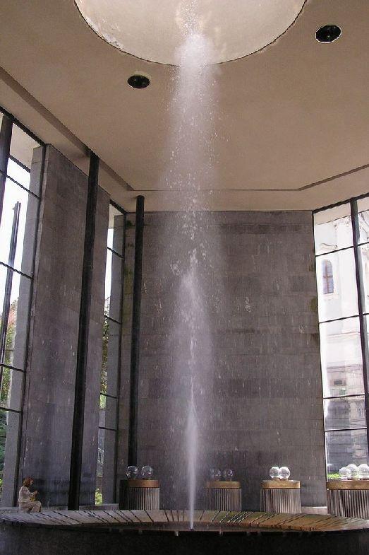 Cамый главный источник города «Vřídlo», температура воды в котором достигает 65 градусов