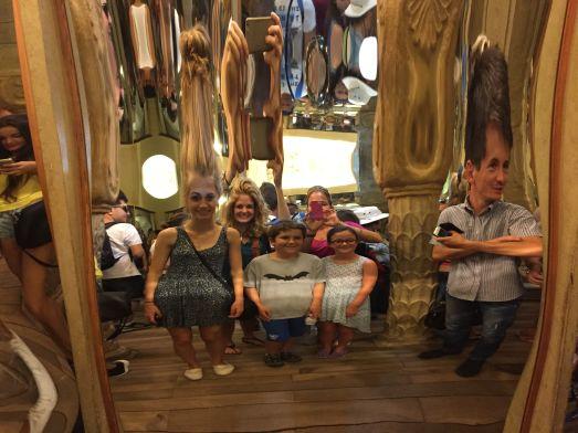 Традиционный зеркальный лабиринт в Праге - многим детям очень нравится!
