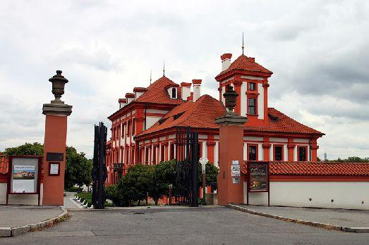 Замок расположен по правую сторону зоопарка